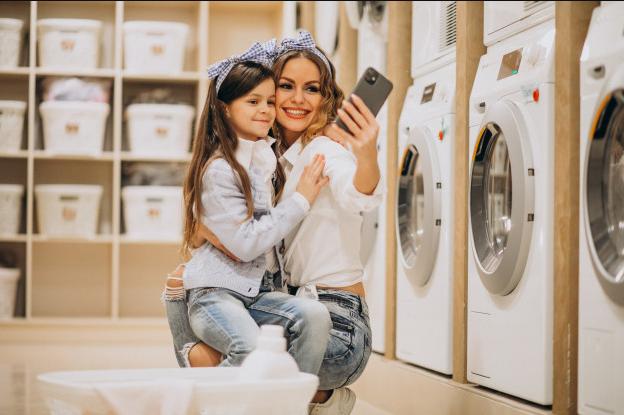 personas lavando su ropa en lavanderias do laundry